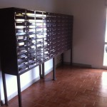 Tablo poštovních schránek z leva.